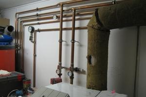 """<div class=""""bildtext_1"""">Ungedämmte Leitungen im Mehrfamilienhaus – Dämmung erforderlich</div>"""