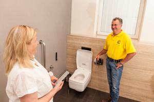 """<div class=""""bildtext_1"""">Sibylle und Oliver Volk: In der Beratungssituation bei Dusch-WCs sind sowohl persönliche Überzeugung als auch der nötige private Raum für den Kunden wichtig.</div>"""