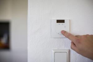 """<div class=""""bildtext_1"""">Der Raumregler von Rotex eignet sich ideal für die Kombination mit Wärmepumpen. Er ermöglicht die einfache Umstellung zwischen Heiz- und Kühlmodus direkt an der Wärmepumpe.</div>"""