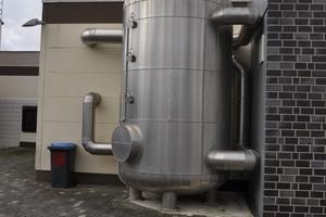 """<div class=""""bildtext_1"""">Im Pufferspeicher wird die Wärme zwischengelagert, bis sie wieder in den Produktionsprozess zurückgeführt wird.</div>"""