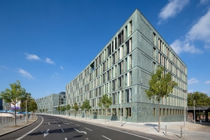 """<div class=""""bildtext_1"""">Der neue und zugleich zweite Dienstsitz des Bundesministeriums für Bildung und Forschung in Berlin erfüllt höchste Nachhaltigkeitskriterien – auch in Bezug auf die Aufenthaltsqualität. </div>"""