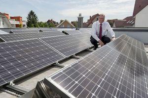 """<div class=""""bildtext_1"""">Heinz Jörg Göbert auf dem Flachdach seines Bungalows inmitten von 74 Photovoltaikmodulen.</div>"""