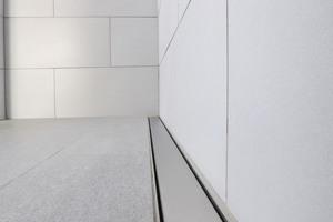 """<div class=""""bildtext_1"""">Durch maßgefertigte Duschrinnen und Roste von Richard Brink kann eine gleichmäßige Entwässerung der Duschbereiche gewährleistet werden.</div>"""