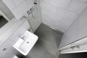 """<div class=""""bildtext_1"""">Besonderen Wert legte der Bauherr auf eine großzügige und barrierearme Umgestaltung der Badezimmer.</div>"""