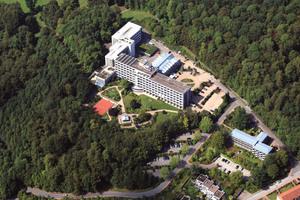 """<div class=""""bildtext_1"""">Die Klinik Rosenberg der Deutschen Rentenversicherung befindet sich in Bad Driburg, in der Nähe zu Paderborn.</div>"""