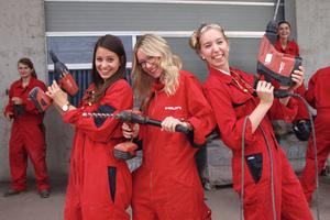"""<div class=""""bildtext_1"""">Besonderes Highlight des Hilti Women's Day war das """"Hands-on"""" im Trainingszentrum, bei dem die jungen Frauen die Hilti Geräte einem ausgiebigen Praxistest unterziehen durften.</div>"""