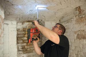 """<div class=""""bildtext_1"""">Mit einem LED-Licht im Akku-Bohrhammer kann der Heizungsmonteur seinen Bohrbereich besonders in schlecht beleuchteten Arealen wie am Dachboden und im Keller richtig ausleuchten.</div>"""