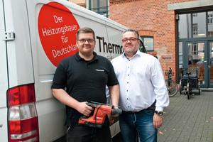 """<div class=""""bildtext_1"""">Michael Kriegisch (li.) und Kersten Wilhelm gehören zu den ersten Heizungsinstallateuren in Deutschland, die den Hilti Bohrhammer """"TE 6–A36"""" bereits in 2016 testen konnten.</div>"""