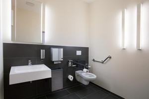 """<div class=""""bildtext_1"""">Im barrierefreien Toilettenbereich garantiert die PLAN Sensor-Waschtischarmatur dank Infrarot-Sensorik ein hygienisch einwandfreies und komfortables Händewaschen. Keuco Leuchten werten den Raum durch angenehmes Licht zusätzlich auf.</div>"""