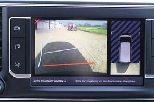 """<div class=""""bildtext_1"""">Die optionale Rückfahrkamera ist gerade bei der geschlossenen Laderaumtrennwand empfehlenswert – das Bild wird auf dem gut zu bedienenden Touchscreen angezeigt. </div>"""