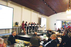 """<div class=""""bildtext_1"""">Die Diskussionsrunde zeigte die Herausforderungen des Energiemarktes auf und bot konstruktive Lösungsansätze für die Klimaschutzziele.</div>"""