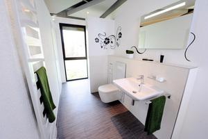 """<div class=""""bildtext_1"""">Viel Bad auf kleiner Fläche: Das Komfortbad 50 Plus komprimiert den Nutzen für eine ältere Zielgruppe auf 1,70 mal 3,00 m ohne dabei Sanitätshaus-Charme zu versprühen.</div>"""
