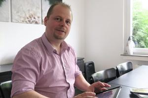 """<div class=""""bildtext_1"""">Bauherr Marc Humme nutzt zur Steuerung der Smart Home-Funktionen das Tablet oder sein Smartphone. </div>"""