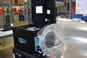 """<div class=""""bildtext_1"""">In der Aeroseal-Maschine befinden sich ein Ventilator sowie die Einspritzdüse für den Dichtstoff.</div>"""