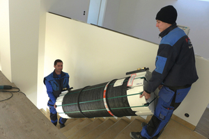 """<div class=""""bildtext_1"""">Markus Klug (links) des gleichnamigen Meisterfachbetriebs baut mit einem Mitarbeiter einen Roth Thermotank """"Quadroline"""" ein.</div>"""