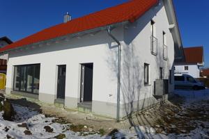 """<div class=""""bildtext_1"""">Ein Einfamilienhaus in Erding ist mit Wärmepumpe, Wärmespeicher und Fußbodenheizung von Roth ausgestattet. Der Bauherr ist mit dem Gesamtsystem sehr zufrieden.</div>"""