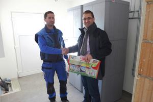 "<div class=""bildtext_1"">Horst Dichtl (rechts) gratuliert zum dreißigsten installierten Roth Thermotank.</div>"