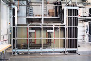 """<div class=""""bildtext_1"""">Für den Forschungsauftrag hat das Team im Labor für Haus- und Energietechnik der FH Münster eine Testwand inklusive Vorwand und Schacht aufgebaut. </div>"""