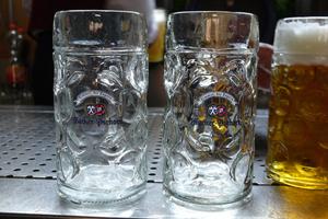 "<div class=""bildtext_1"">Maßkrug gereinigt mit unbehandeltem Wasser (links), Maßkrug gereinigt mit durch Aqon Pure behandeltem Wasser (Mitte).</div>"