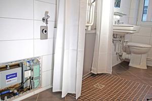 """<div class=""""bildtext_1"""">Bodengleiche Duschen mit Sanftläufer-System von Gang-Way – die Ablaufpumpe ist in einem Revisionsschacht untergebracht.</div>"""