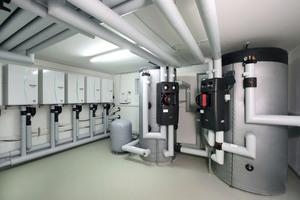 """<div class=""""bildtext_1"""">Im Heizungskeller wurden die Innenmodule der Ecodan Luft/Wasser-Wärmepumpen, sowie die beiden Pufferspeicher installiert.</div>"""