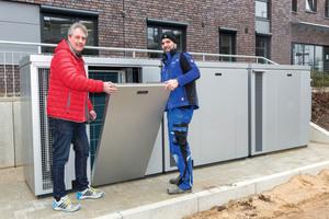 """<div class=""""bildtext_1"""">Klaus Schierenbeck, Inhaber des gleichnamigen Gebäudetechnik-Unternehmens, und sein Mitarbeiter, Meister Mirko Bahr, schließen die Inspektionstür des QS ComfortSystems.</div>"""
