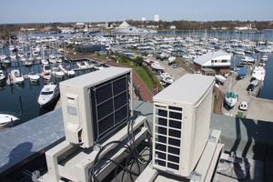 """<div class=""""bildtext_1"""">Daikin-Splitgeräte (Montagephase) mit Blick auf den Yachthafen in Neustadt</div>"""
