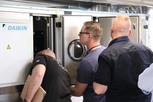 """<div class=""""bildtext_1"""">LAC-Teilnehmer nehmen die Anlagentechnik im Hotel Nordport Plaza genau unter die Lupe. </div>"""