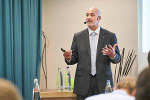 """<div class=""""Bildtext 1"""">Jens Gaigalat, Daikin Airconditioning Germany GmbH, bei seinem Vortrag """"Zeitgemäße Energiekonzepte - Gebäudekonditionierung aus einer Hand""""</div>"""