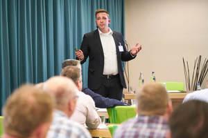 """<div class=""""Bildtext 1"""">Alexander Maier, KKU Concept GmbH, informierte über Gasmotor-Wärmepumpen - eine smarte Alternative zu Strom. </div>"""