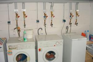 """<div class=""""bildtext_1"""">Waschmaschinenanschluss: Im Mietwohnungsbau und bei Eigentümergemeinschaften in Mehrfamilienhäusern Trinkwasseranschluss zusätzlich zum Regenwasseranschluss anbieten. So haben die späteren Nutzer die Wahl. Dabei unbedingt Stagnationsstrecken im Trinkwassernetz vermeiden.</div>"""