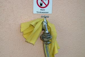 """<div class=""""bildtext_1"""">Vorschriftsmäßig: Auch Entnahmestellen erhalten den Hinweis, dass es sich nicht um Trinkwasser handelt. Empfehlenswert sind Schilder mit Schrift und Symbol.</div>"""