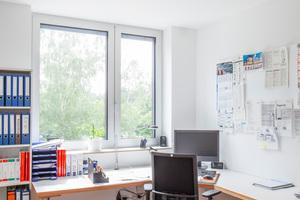 """<div class=""""bildtext_1"""">Mit unterschiedlich großen Deckenmodulen konnte die Zehnder Heiz- und Kühldecke mit Gipskartonverkleidung flexibel an die Räume im neuen Bürogebäude der Jäger Haustechnik angepasst werden. </div>"""