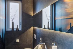 """<div class=""""bildtext_1"""">Die Gipskartondecke von Zehnder (hier in der glatten Ausführung) ist durch ihre weiße Farbe optisch unauffällig und fügt sich dezent in die Räume der Jäger Haustechnik, wie hier in die Toilette, ein. Der Werkstoff Gips ist ein 100 % mineralisches Naturprodukt. </div>"""