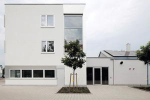 """<div class=""""bildtext_1"""">Die Jäger Heizung-Sanitär GmbH<irfontsize style=""""font-size: 9.800000pt;""""> </irfontsize>in Karlsruhe hat ihren Betrieb um ein dreistöckiges Bürogebäude im Passivhausstandard erweitert. </div>"""