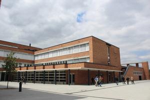 """<div class=""""bildtext_1"""">Kann verschiedene Gebäudeteile einer Schule gleichzeitig heizen und kühlen und wird bei Spitzenlasten von einer Gas-Brennwerttherme unterstützt: Sole-Wasser-Wärmepumpe.</div>"""