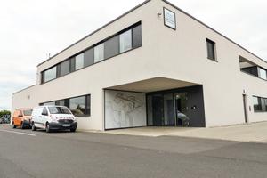 """<div class=""""bildtext_1"""">Wird mittels Abwärme versorgt: Gewerbegebäude der ÜZ Lülsfeld.</div>"""