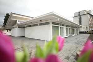 """<div class=""""bildtext_1"""">Das Hospiz St. Thomas bietet die Möglichkeit, die letzte Lebensphase in familiärer und wohnlicher Atmosphäre zu verbringen. Acht Zimmer und ein Gemeinschaftsbereich charakterisieren den Neubau von Huf Haus in typischer Fachwerkarchitektur aus Holz.</div>"""