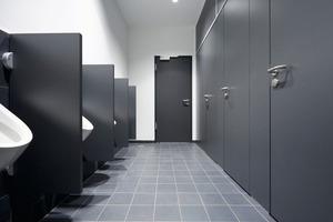 """<div class=""""bildtext_1"""">Für die Ausstattung der Sanitärräume lieferte Schäfer das WC-Trennwandsystem """"SVF30/S Altus"""".</div>"""