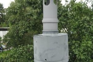 """<div class=""""bildtext_1"""">Nicht zulässige und vor allem sinnlose Regenhaube auf Abgasleitungen von Brennwertheizungen</div>"""