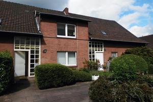 """<div class=""""bildtext_1"""">Das Mehrfamilienhaus im idyllischen Münsterland wurde 1963 ursprünglich in Vollziegelbauweise errichtet. Vor der Renovierung stellten die Wärmeverluste über die Gebäudehülle eine regelrechte Katastrophe dar.</div>"""