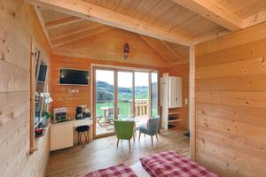 """<div class=""""bildtext_1"""">Die klassisch-modernen Zimmer der Waldhütten sind stilvoll und gemütlich eingerichtet.</div>"""