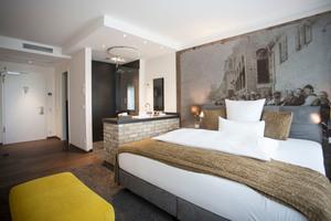 """<div class=""""bildtext_1"""">Die offene Raumgestaltung macht das Hotel Höll am Main zu einem außergewöhnlichen Projekt. In diesem Zimmer ist der Waschtisch auf eine Vorwand mit Klinkerverkleidung gesetzt und neben dem Bett platziert.</div>"""