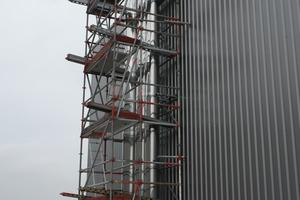 """<div class=""""bildtext_1"""">Die drei Abgasstrecken wurden außen am Gebäude über Dach geführt.</div>"""