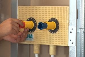 """<div class=""""bildtext_1"""">Schritt 3: Die Schutzstopfen werden entfernt und die Spritzwasserhülsen sowie Abdruckstopfen eingesetzt.</div>"""