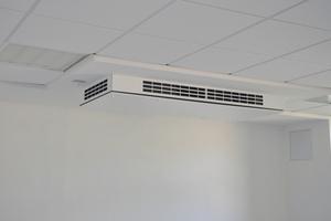 """<div class=""""bildtext_1"""">Das dezentrale Lüftungsgerät """"Duplex Vent"""" von Airflow kann zu 2/3 teilintegriert angebracht werden. Es ist kaum sichtbar, läuft flüsterleise und sorgt für ausreichend frische Luft. </div>"""