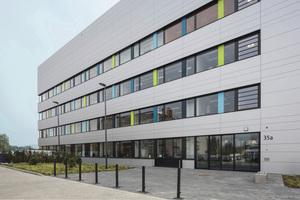 """<div class=""""bildtext_1"""">Der Neubau des Zentrums für Pharmaverfahrenstechnik an der Technischen Universität in Braunschweig berücksichtigt besondere Anforderungen an die Lufttechnik (ähnlich Reinräumen) und an den Erschütterungsschutz. </div>"""