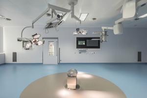 """<div class=""""bildtext_1"""">(Bild rechte Seite) 10 neue OP-Säle sind mit moderner Apparatemedizin ausgestattet – Videokonferenzen während eines chirurgischen Eingriffs sind innerhalb der gesamten Charité möglich. Im Bild fehlt noch der OP-Tisch.</div>"""