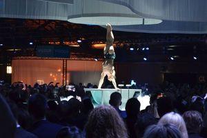"""<div class=""""bildtext_1"""">Artist Anton Belyakov zeigte eine spektakuläre Akrobatik-Nummer auf und in der """"Vogue""""-Badewanne.</div>"""