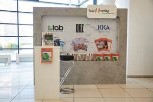 """<div class=""""bildtext_1"""">Auch die Fachmagazine des Bauverlags, KKA, tab und DBZ, waren bei der Veranstaltung präsent.</div>"""